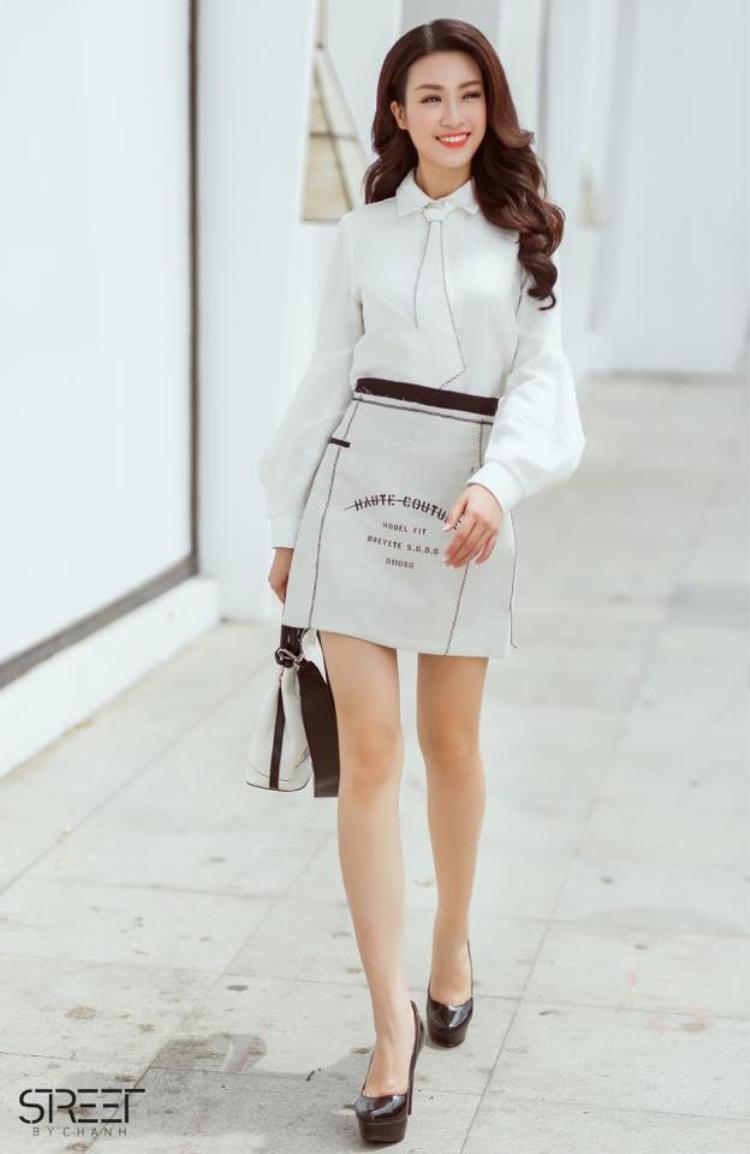 Vẻ đẹp trong sáng, thoát tục của Đỗ Mỹ Linh rất phù hợp với tông màu trắng. Phong cách thanh lịch của những quý cô công sở được nàng hậu áp dụng khá thành công.