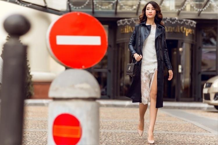 Trong những chiếc đầm voan mỏng để tạo nên sự sang trọng cô chọn thêm chiếc áo khoác măng-tô dài.