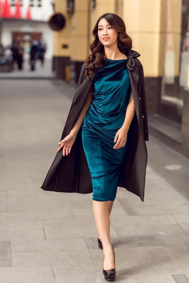 Những phom dáng đầm như thế này phù hợp với vóc dáng và gương mặt thanh tú củaHoa hậu. Điểm nhấn thời thượng trên tổng thể set đồ còn đến từ chất liệu trơn, đơn sắc tôn thêm sự nhẹ nhàng khi dạo phố.