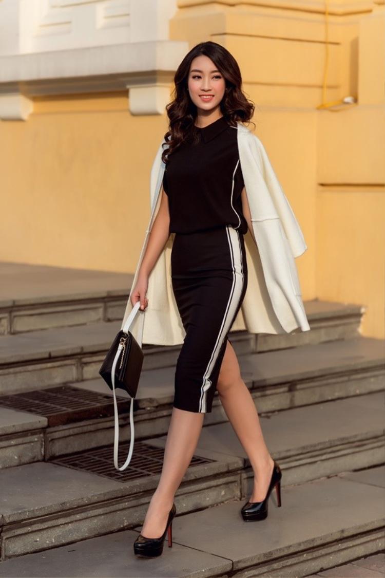 Hoa hậu họ Đỗ vô cùng nổi bật với set đồ đen này. Hiện tại, cô được đánh giá là một nhan sắc bước vào giai đoạn chín cùng với đó là nhiều lợi thế về sự thông minh, kỹ năng giao tiếp, tiếng Anh.
