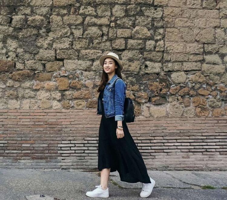 Đôi lúc lại trở về làm cô nữ sinh mộng mơ và năng động với váy đen cotton mix cùng áo khoác jeans.