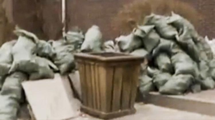 Ông Wang ném cả túi tiền vào thùng rác mà không hay biết. Ảnh: News.china.com