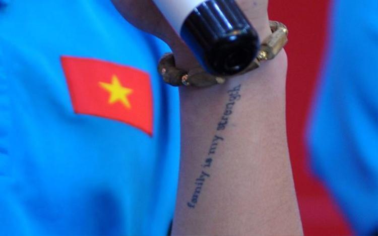 """Hình xăm trên tay Quang Hải là dòng chữ """"Family is my strength"""", tạm dịch """"Gia đình là sức mạnh của tôi"""". (Ảnh: Tiền Phong)"""