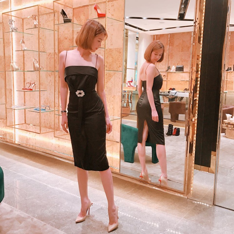 """Vẫn là kiểu váy hai dây đen """"huyền thoại"""" được Trinh tự tin diện đi khắp nơi."""