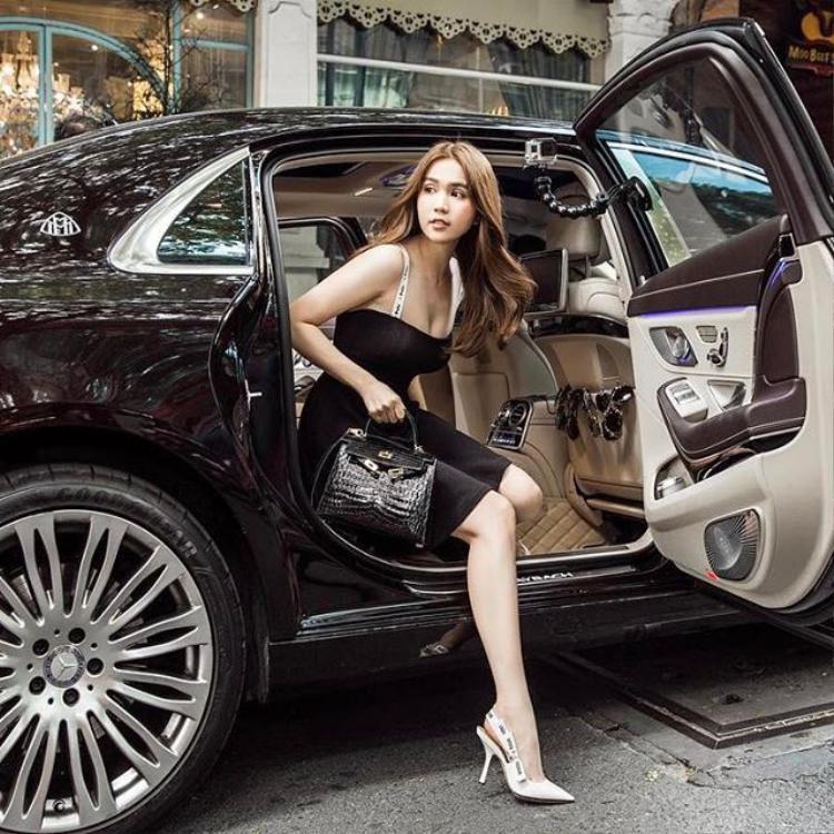 Mặc váy hai dây để lộ vòng 1 sexy và bước nhẹ xuống xe, đó chính là kiểu dáng chụp hình yêu thích của Trinh.