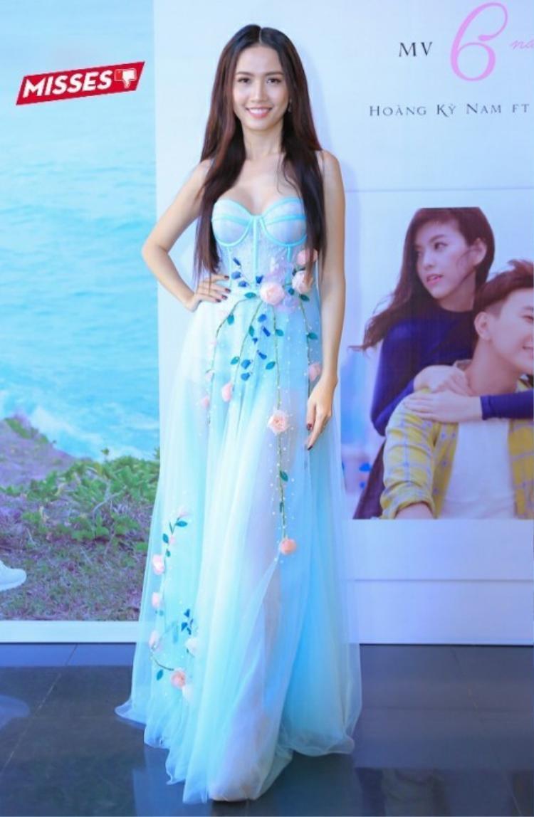 Phan Thị Mơ gây chú ý với bộ váy corset, lộ nửa bầu ngực. Tuy nhiên, màu sắc không mấy sang trọng cùng cách đính kết thiếu tinh tế đã khiến top 5 Hoa hậu Thế giới Người Việt 2010 phải nhận điểm trừ trong mắt khán giả.