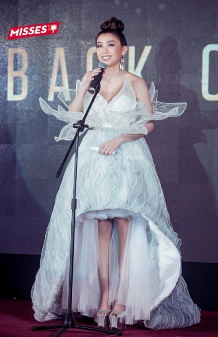 """Chiếc váy sử dụng đèn leg có thiết kế như cánh hoa tuy rất nổi bật nhưng lại khiến Tiêu Châu Như Quỳnh phải chịu cảnh """"dìm dáng"""". Ngoài ra, bộ cánh cũng bị đánh giá có phần khá thô, kém tinh tế."""