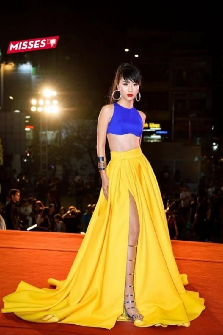 """Trong thời gian gần đây, Quỳnh Anh Shyn liên tục khiến khán giả bất ngờ vì """"trình"""" mặc đẹp của bản thân, thế nhưng với chiếc váy 2 màu này, cô nàng lại trở nên quá lòe loẹt trên thảm đỏ. Ngoài ra, cách kết hợp 2 màu xanh dương, vàng của chiếc váy còn khiến nhiều người liên tưởng tới hình ảnh nàng Bạch Tuyết."""