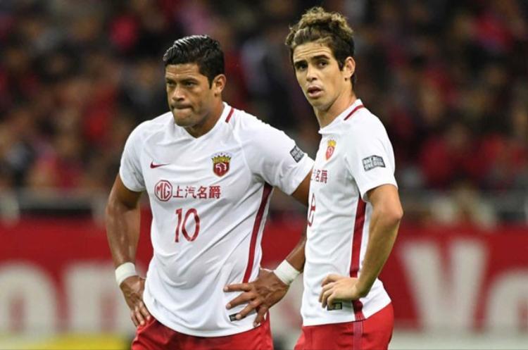 Sự xuất hiện của những ngôi sao như Hulk (trái) và Oscar chưa thể giúp bóng đá Trung Quốc nâng tầm đẳng cấp.