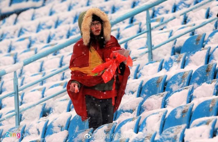 Hành động nhặt rác giữa mưa tuyết của CĐV Việt Nam sau chung kết U23 được người Trung Quốc khen ngợi
