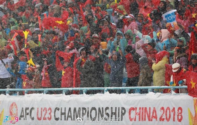 Hình ảnh các CĐV Việt Nam tới cổ vũ đội tuyển nước nhà bất chấp giá lạnh được chia sẻ trên mạng xã hội Trung Quốc.