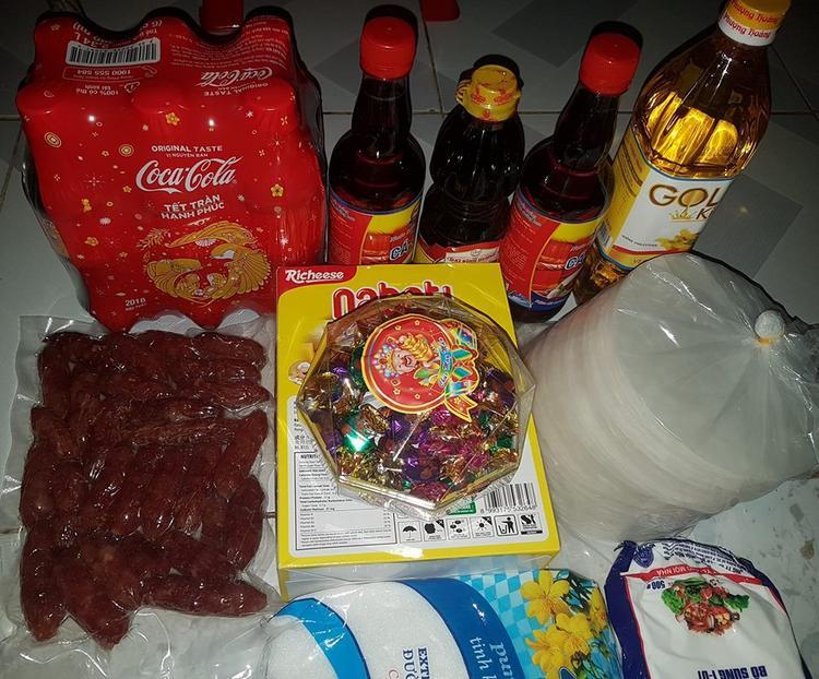 Coca, bánh kẹo và gia vị nấu ăn đều được bác chủ mua đầy đủ.