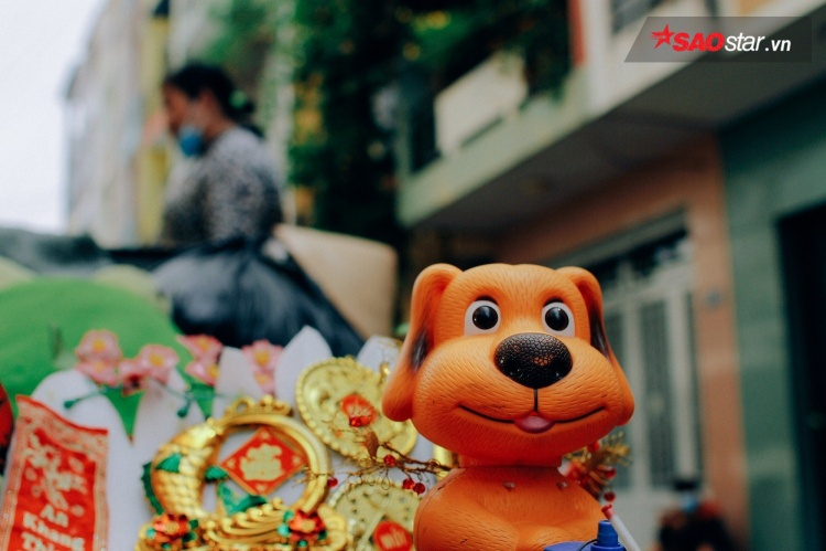 Những chú gấu bông được trang trí trên xe.