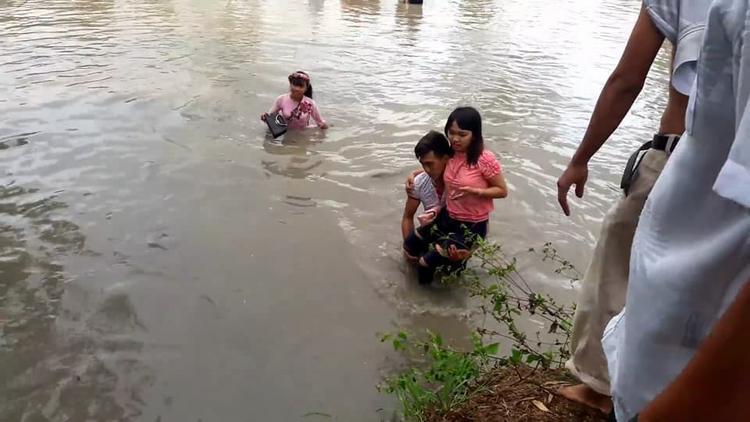 Phía đằng trai phụ giúp đưa các chị em lên bờ.