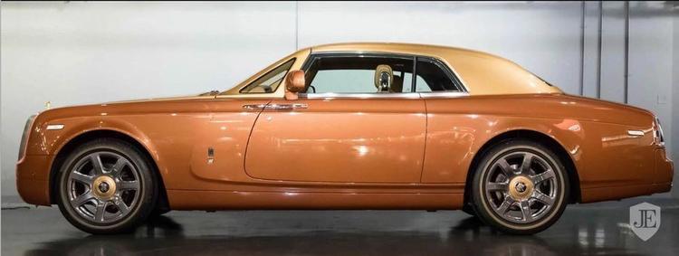 Với mẫu Phantom Tiger phiên bản giới hạn này, Rolls-Royce đã gây bất ngờ với hầu hết những những tín đồ yêu xe khisử dụng thiết kế Coupe 2 cửa, vốn thường là kiểu sedan 4 cửa như các phiên bản Phantom trước đó.