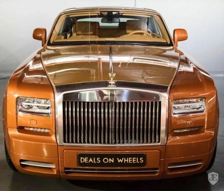 Rolls-Royce Phantom Coupe Tiger nổi bật với bộ đôi tông màu cam và vàng Gold, kết hợp với đường Coachline đặc trưng chạy dọc thân xe.