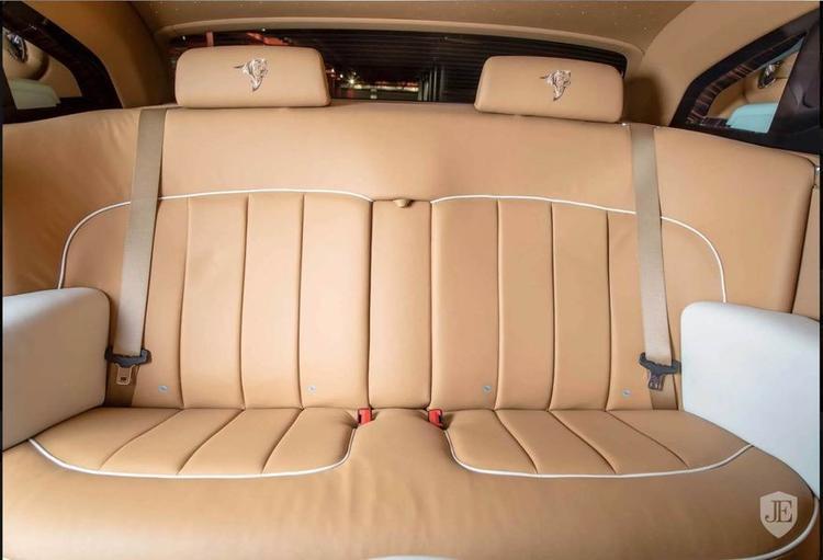 Đặc biệt, họa tiết đầu hổ được thêu tinh xảo trên mỗi đầu ghế tựa là một trong những điểm nhấn nổi bật nhất của phiên bản Rolls-Royce giới hạn này.