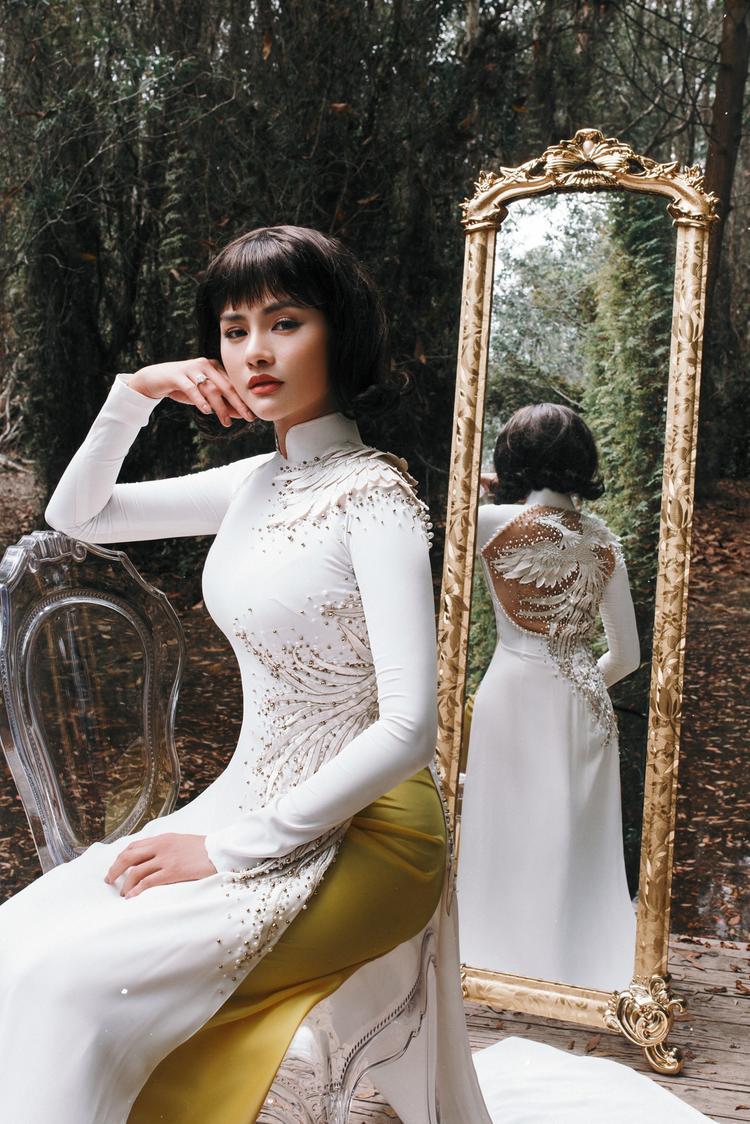 Chỉ với áo dài truyền thống, Vũ Thu Phương vẫn khoe được vẻ đẹp yêu kiều của người phụ nữ.