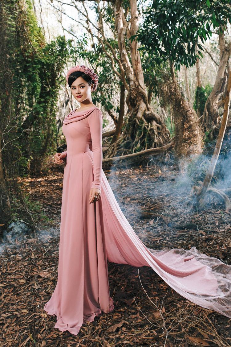 BST Áo Dài này cũng là một món quà tết 2018 mà NTK muốn gửi đến cho người mặc đó chính là những người phụ nữ Việt.