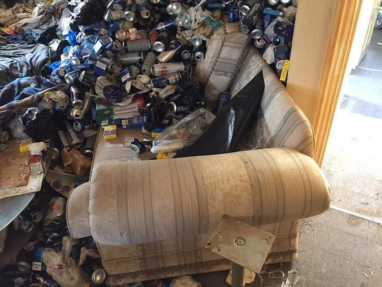 Căn nhà chìm ngập trong rác thải không có nổi một chỗ đặt chân.