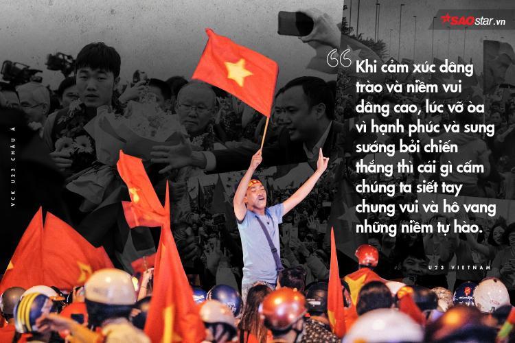 Những vòng tay đan xiết sưởi ấm cho các chiến binh U23 Việt Nam viết nên huyền thoại