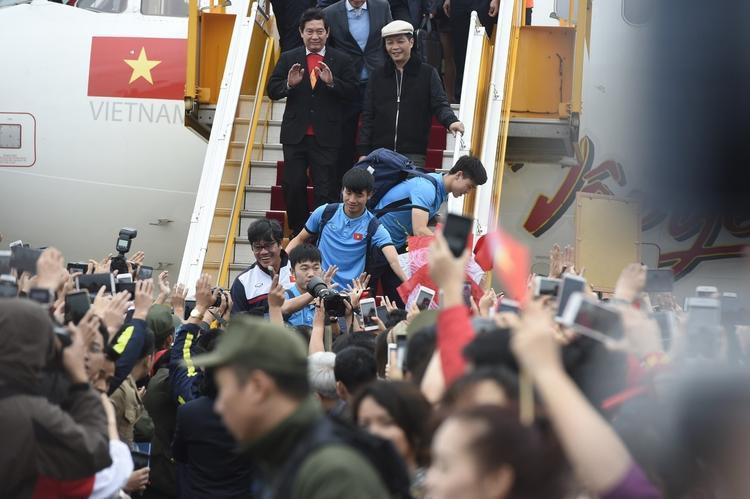 """Bước xuống máy bay, hình ảnh đầu tiên mà các cầu thủ U23 Việt Nam nhìn thấy là 1 """"biển"""" người đang chờ đón."""