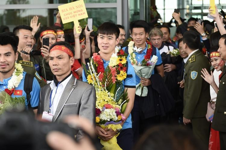 Các cầu thủ đi giữa rừng người hâm mộ có mặt tại sân bay Nội Bài.