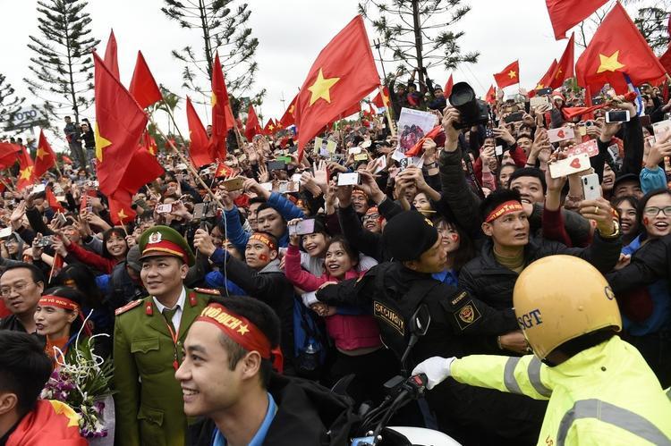 Khung cảnh cờ đỏ phủ rợp trời sân bay Nội Bài ngày đón các cầu thủ của ĐT U23 về nước.
