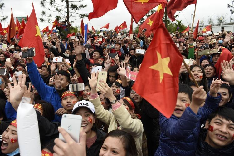 Hàng nghìn người cùng đưa tay lên vẫy gọi.