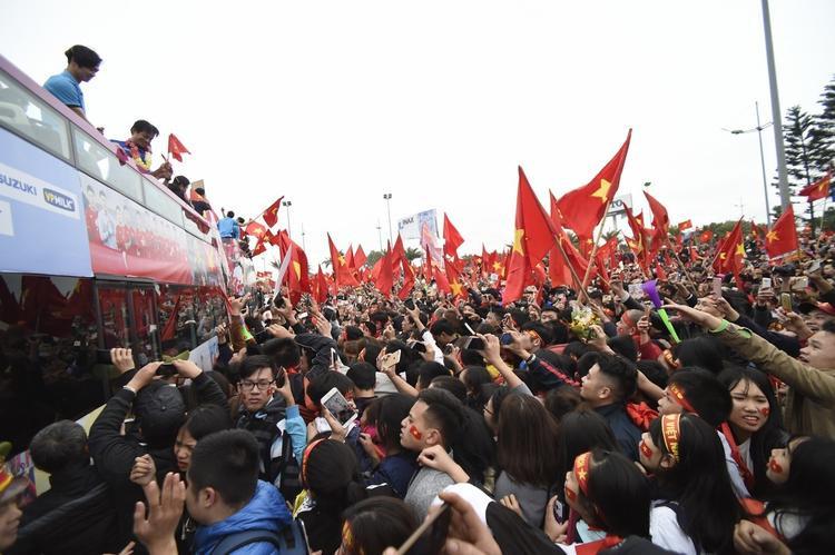 Các cầu thủ diễu hành trên xe buýt 2 tầng giữa hàng triệu người hâm mộ.