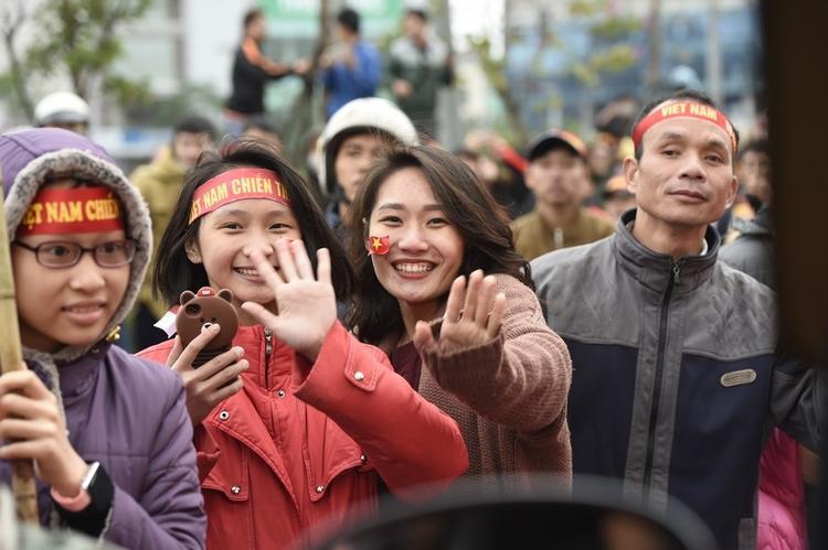 """Cờ đỏ sao vàng, băng rôn ghi khẩu hiệu """"Việt Nam chiến thắng"""" được cuốn trên người hàng triệu cổ động viên."""