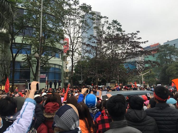 Hàng nghìn người dân vây quanh xe ô tô đưa đón hai anh em Bùi Tiến Dũng về quê.