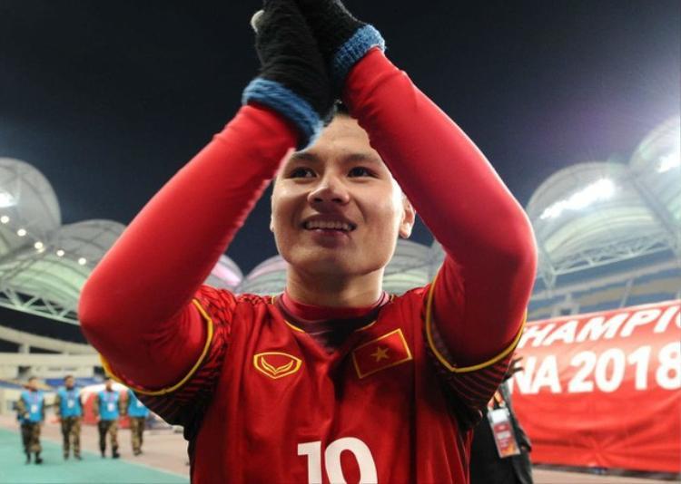 Tiền vệ Quang Hải cùng 5 cầu thủ U23 được TP Hà Nội khen thưởng.