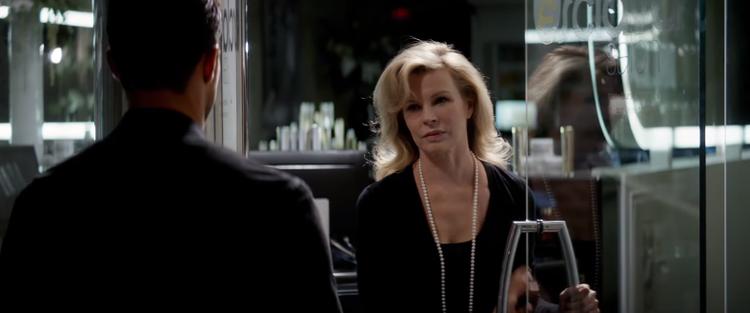 """Trong khi cặp đôi đang hạnh phúc bên nhau, Christian lại lén lút hẹn gặp """"quý bà Robinson"""""""