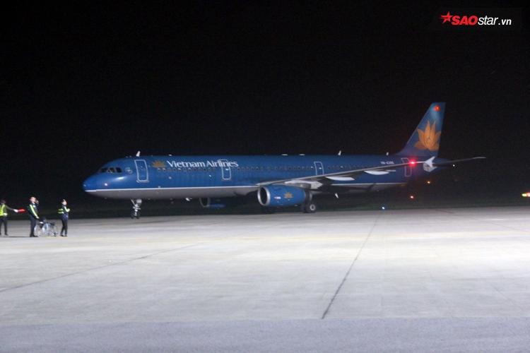 Khoảng 20h15, máy bay mới chính thức hạ cánh và các cầu thủ xứ Nghệ dần dần bước ra.