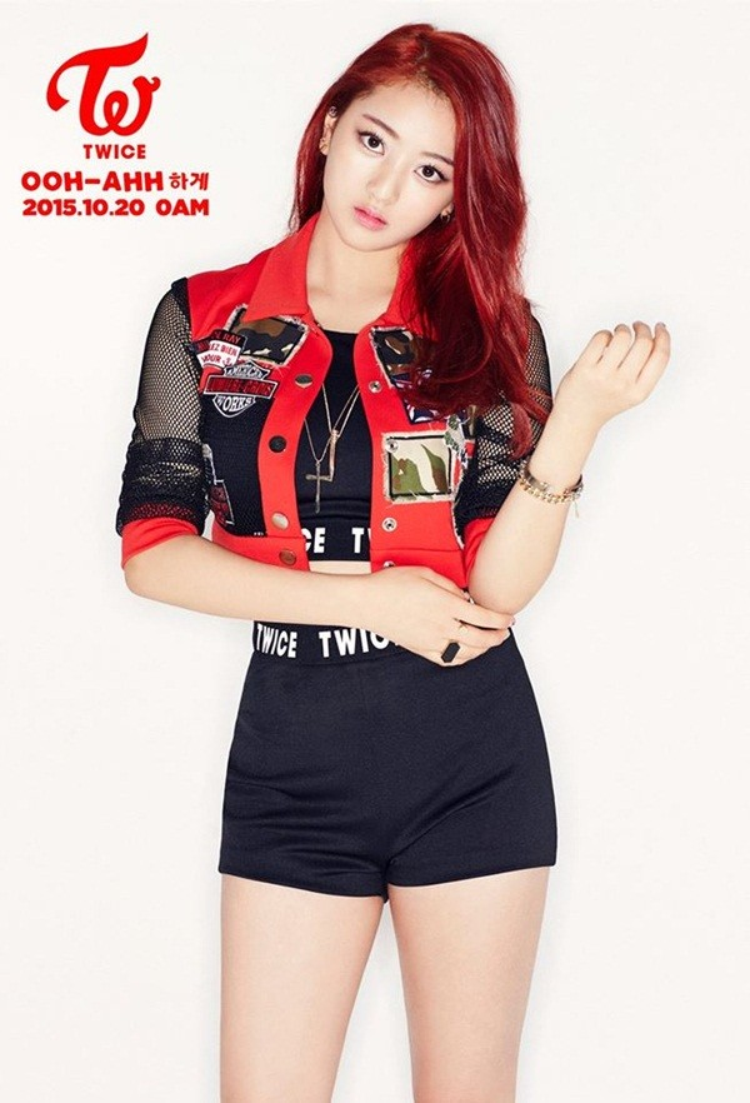 Hình ảnh debut của TWICE Jihyo với vai trò trưởng nhóm kiêm giọng hát chính.