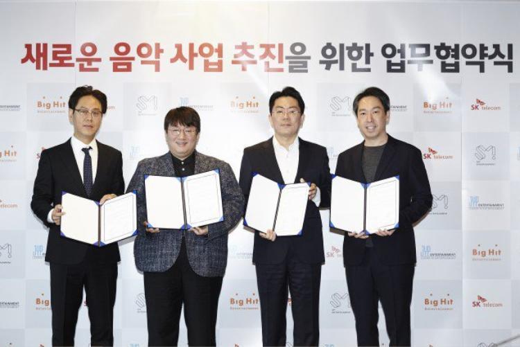 Từ trái sang phải: giám đốc điều hành của JYP - Jung Wook, giám đốc điều hành của Big Hit - Bang Si Hyuk, tổng giám đốc của SK Telecom - Noh Jung Won và tổng giám đốc của SM Kim Young Min.