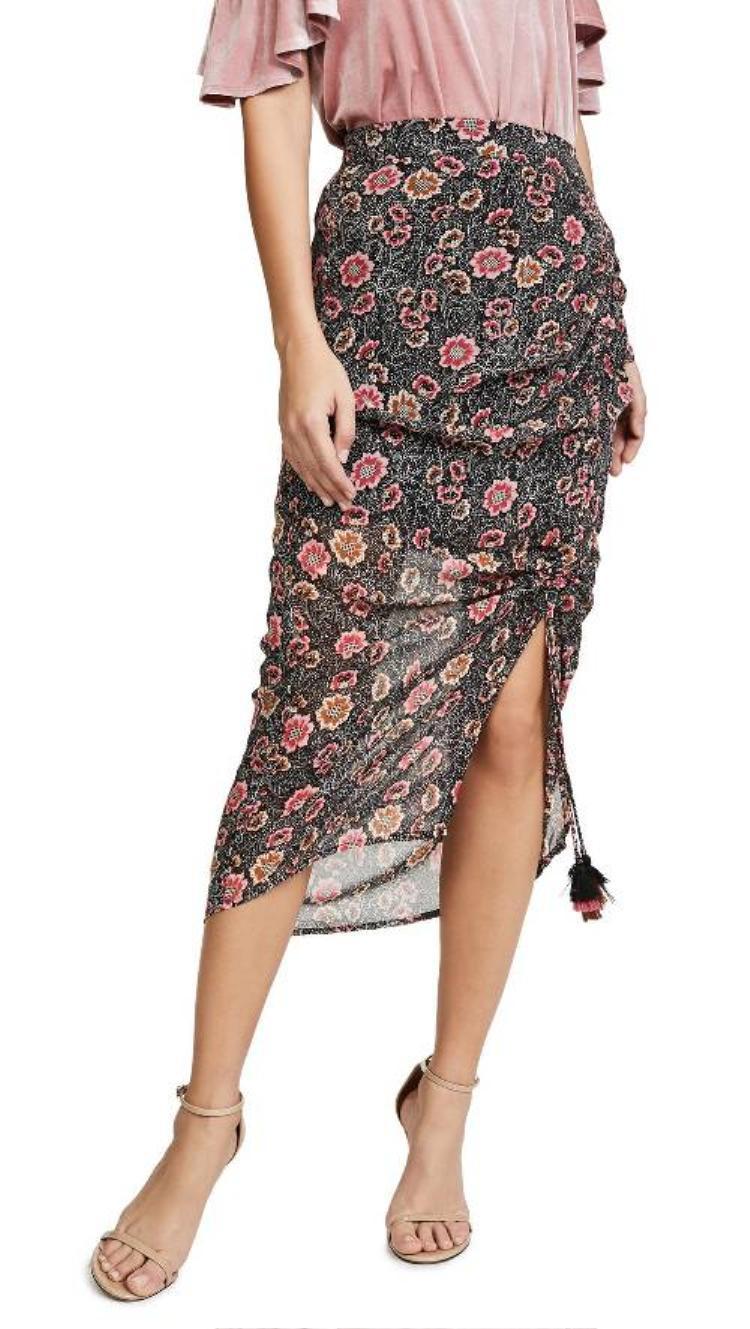 Một chiếc váy xà rông có họa tiết hoa màu hồng phấn cùng tone với màu áo sẽ mang đến sự nữ tính và thoải mái cho người mặc.