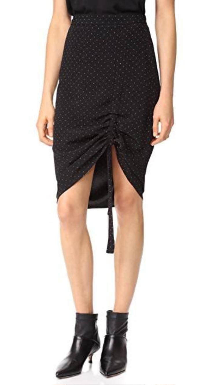 Loại váy này có thể kết hợp với nhiều loại giày khác nhau tùy theo tính chất của trang phục. Một đôi ankle boots đen giúp khổ chủ cá tính và năng động.