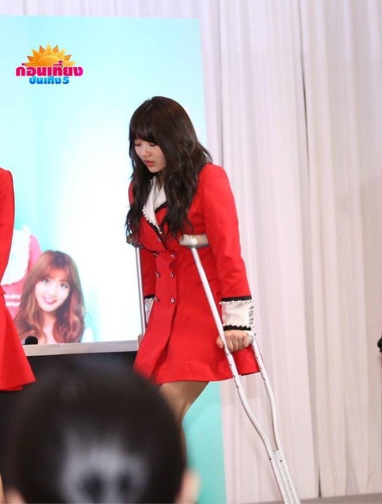 Vướng phải chấn thương, Jihyo vẫn không bỏ lỡ lịch trình của nhóm.