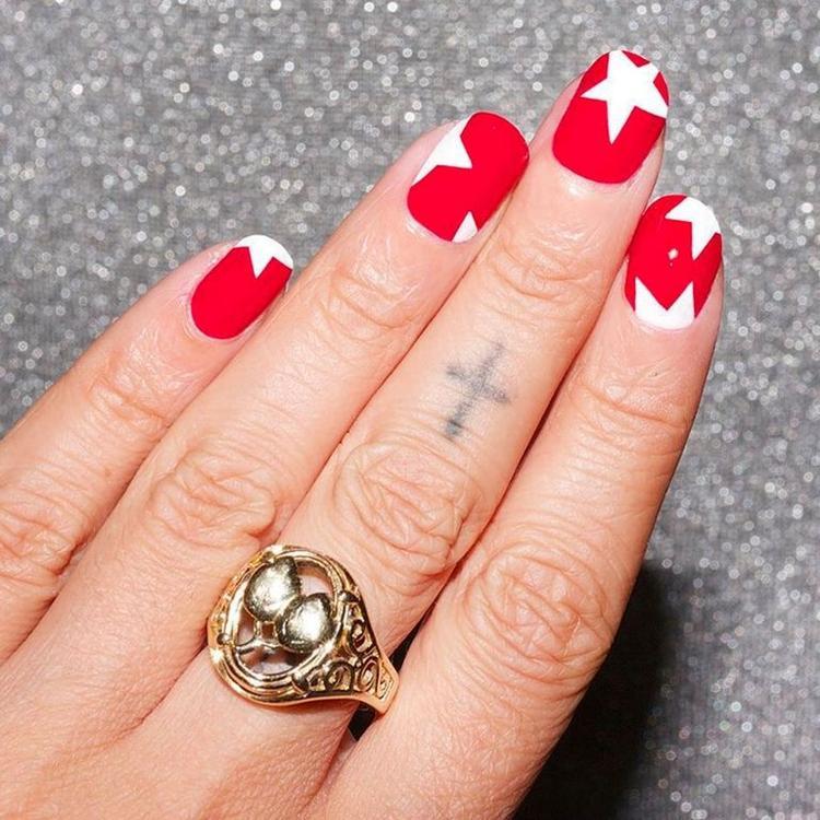 Họa tiết ngôi sao dạng pop art với 2 tông màu trắng, đỏ ấn tượng.