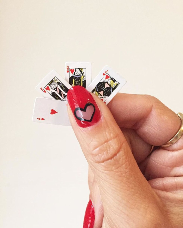 Mẫu vẽ trái tim này cũng là 1 gợi ý hay. Ngoài cách vẽ hết tất cả các móng, các bạn gái hoàn toàn có thể vẽ theo kiểu ngẫu hứng, chỉ chọn 1 vài ngón đặc biệt như ngón cái, ngón đeo nhẫn,..
