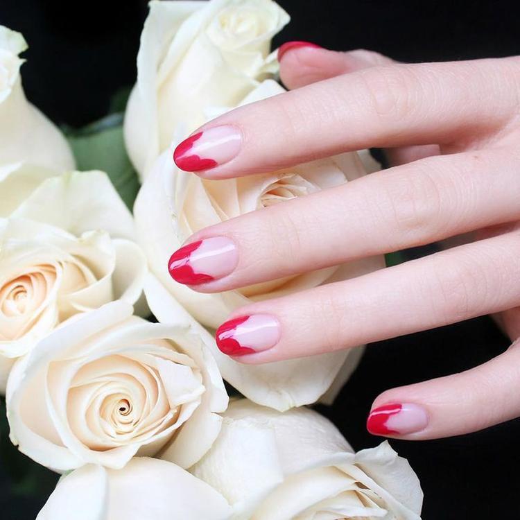 Hoặc cách sơn đầu móng tay kiểu Pháp cũng có thể thực hiện theo kiểu vẽ móng tay này.
