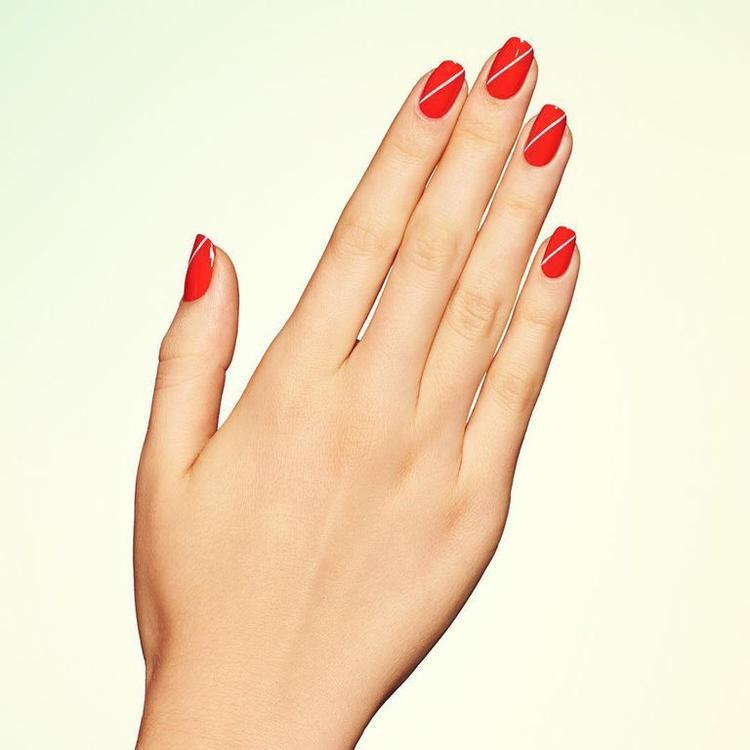 những đường kẻ thẳng thớm, nổi bật sẽ khiến đôi bàn tay của các bạn gái xinh hơn bao giờ hết, nếu ngại ra ngoài, các bạn gái hoàn toàn có thể tự làm mẫu nail này cho mình tại nhà.