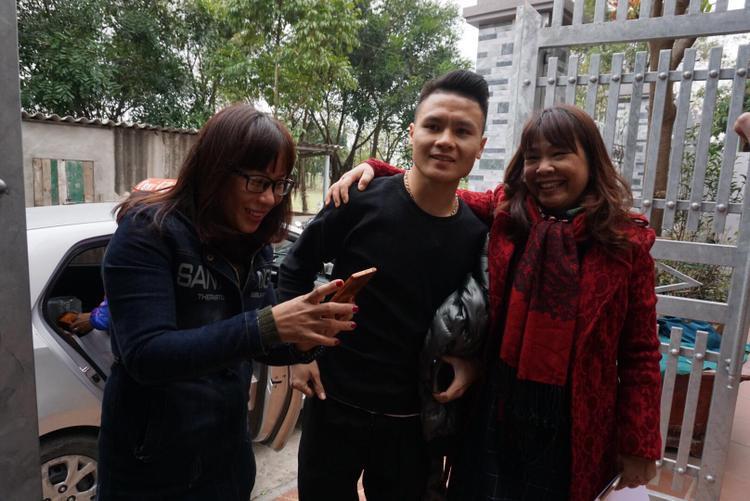 Một số người hâm mộ vui sướng vì được chụp ảnh chung với Quang Hải.
