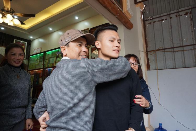 Ông Thuần mừng rỡ ôm con trai.