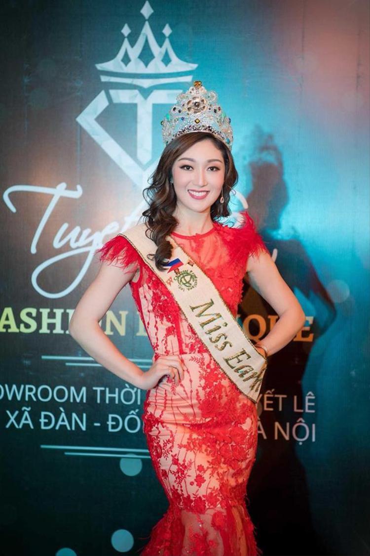 Karen Ibasco là người đăng quang ngôi vị cao nhất Miss Earth 2017. Năm nay hoa hậu 27 tuổi, sở hữu chiều cao 1m70, số đo ba vòng 84-61-91 cm. Cô là một nhà vật lý học và làm giáo sư tại Đại học Santo Tomas, ở Manila (Philippines).