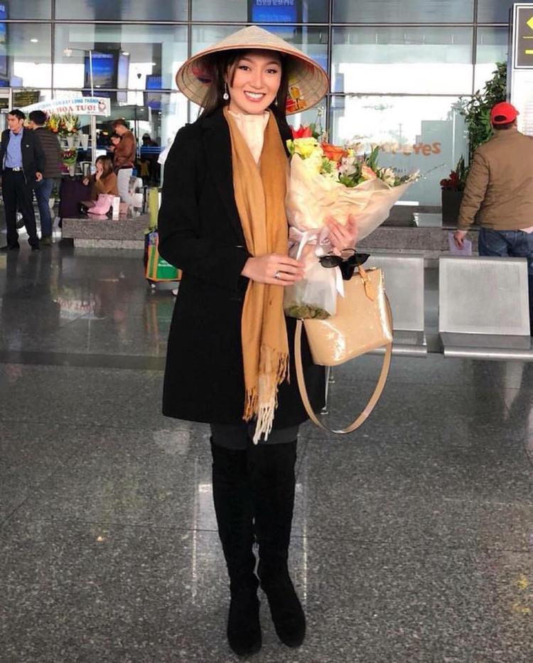 Trước đó cô gây thiện cảm với fan sắc đẹp Việt Nam bằng cách diện trang phục giản dị, đội nón lá, nở nụ cười rạng rỡ khi đáp chuyến bay xuống Nội Bài.