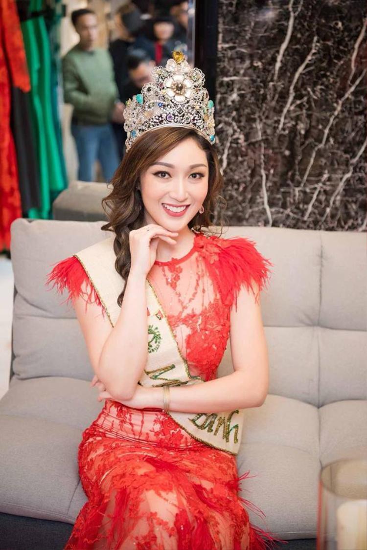 Nhan sắc của Miss Earth 2017 gây tranh cãi vì cô trông kém nổi bật, già nua so với độ tuổi 27 của mình.