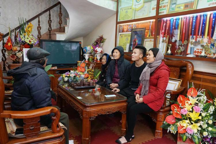 Nhiều người lui tới chúc mừng Quang Hải.